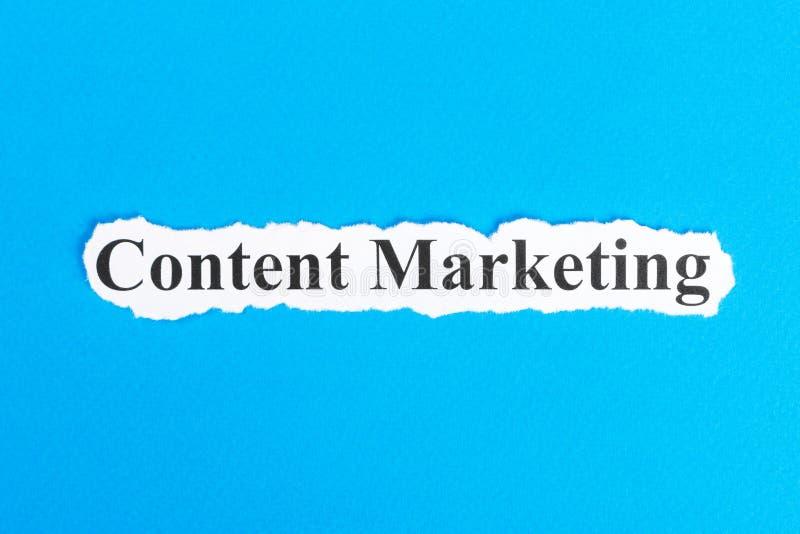 Inhoud Marketing tekst op papier Word Inhoud Marketing op gescheurd document Het beeld van het concept stock afbeeldingen