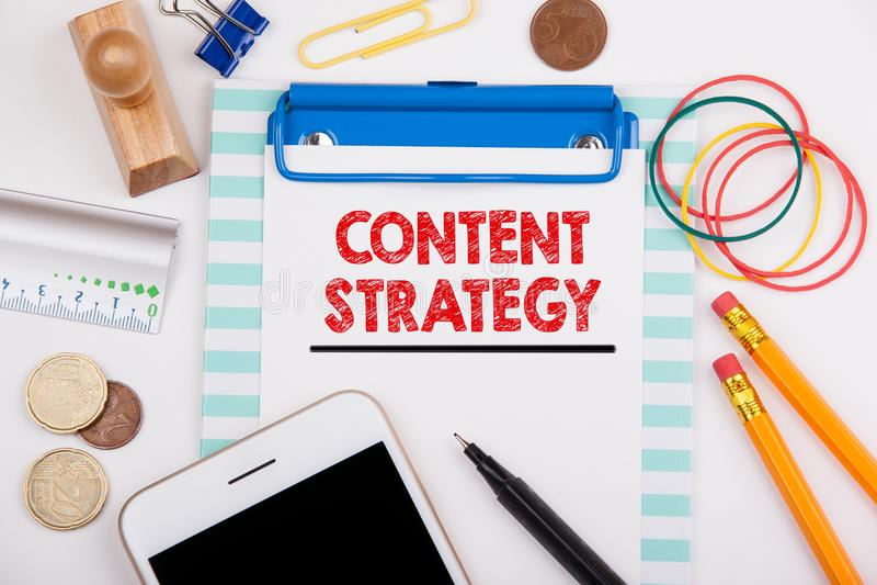 Inhoudsstrategie Op de markt brengende, Sociale Media die en Concept adverteren brandmerken Bureau met kantoorbehoeften en mobiel royalty-vrije stock foto