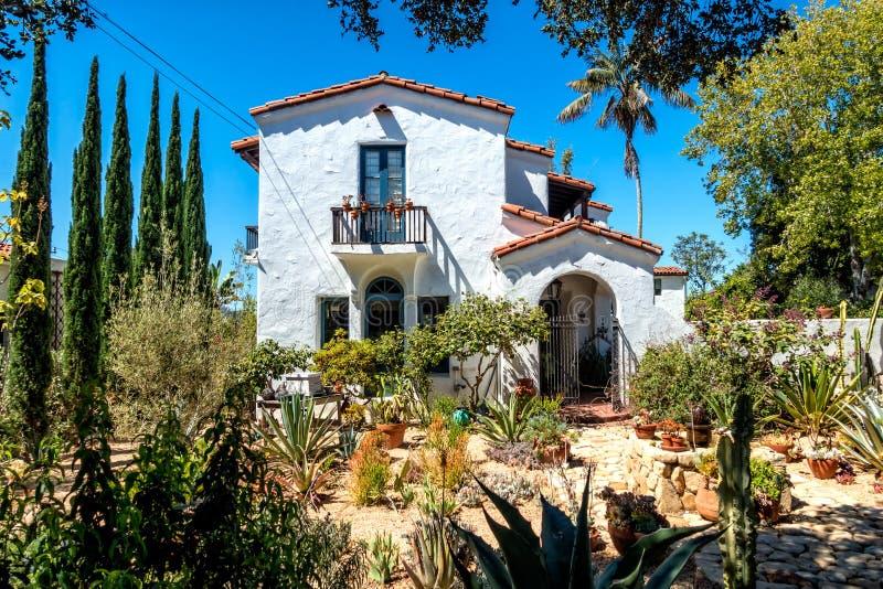 Inhysa byggande i traditionell stil Santa Barbara, Kalifornien arkivbilder