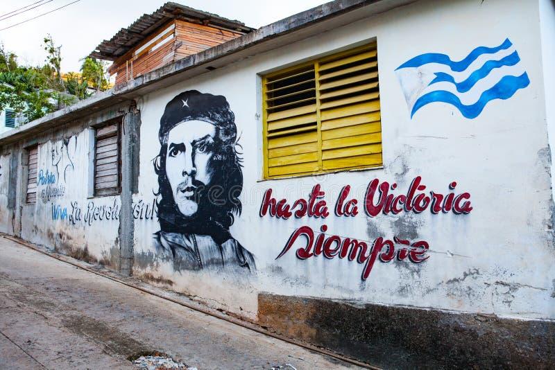 Inhysa fasaden i Baracoa med målad kommunistisk propaganda och Ch arkivfoton
