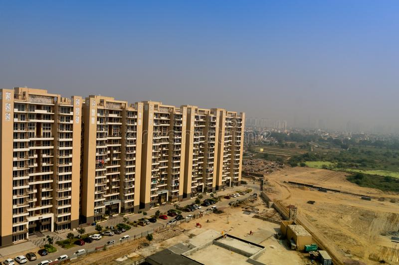 Inhysa skyskrapor i gurgaon på skymning med horisont arkivbild
