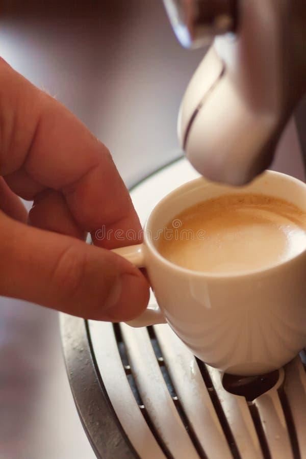 Inhyser den övre sikten för slutet av handen av en man som arbetar i ett kaffe, pre arkivbilder