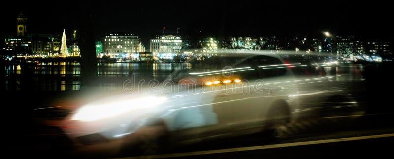 Inhyser taxien för ferie för fönstret för huset Hamburg för den snabba bilen ljus royaltyfria bilder