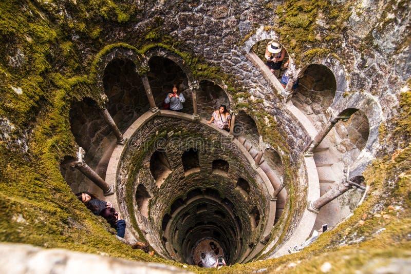 A iniciação bem de Quinta da Regaleira em Sintra A profundidade do poço é 27 medidores Conecta com outros túneis com u foto de stock