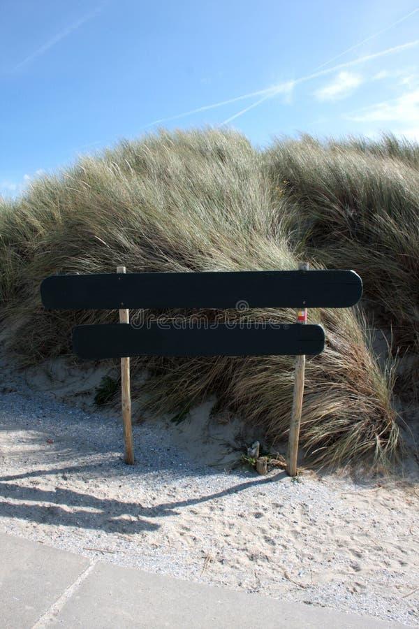 Iniciar sesión en las dunas / Niña en den Dünen fotos de archivo libres de regalías