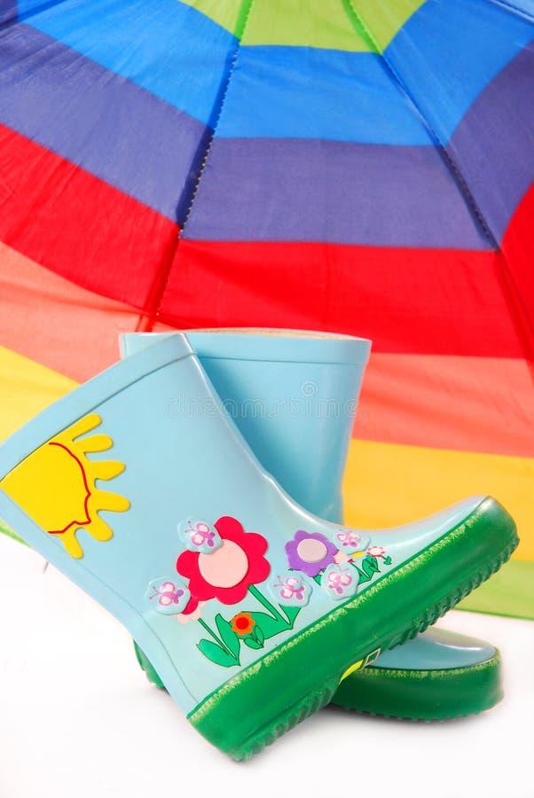 inicjuje dziecko parasol s Wellington zdjęcie royalty free