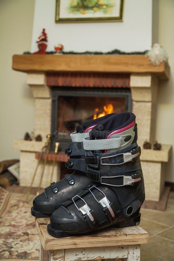 Inicjuje narciarskich buty przed grabą zdjęcie royalty free