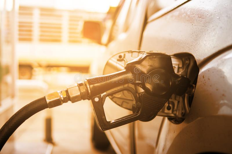 Iniettore per riempire combustibile in automobile alla stazione di servizio fotografia stock