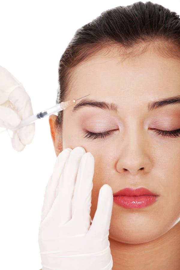 Iniezione cosmetica del botox nel fronte femminile immagini stock libere da diritti