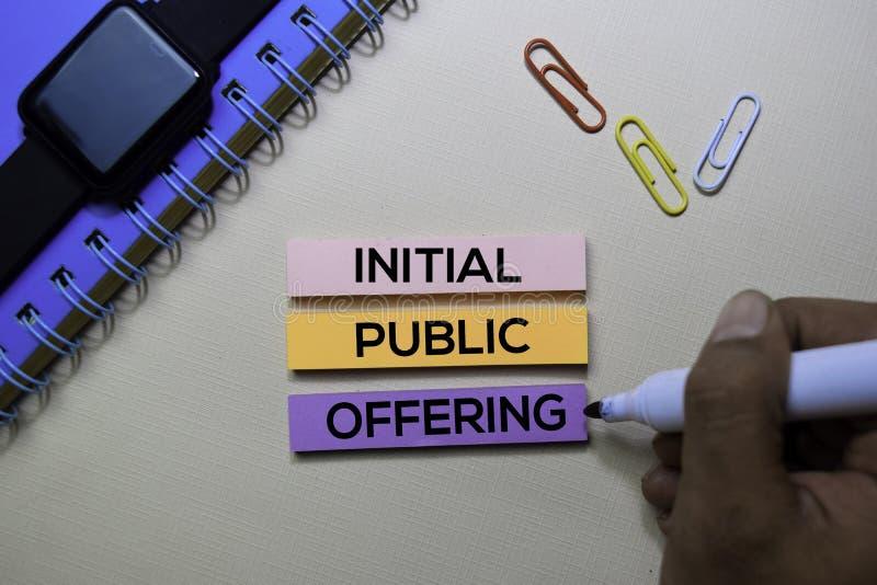 Initialt offentligt erbjuda - IPO-text på klibbiga anmärkningar som isoleras på kontorsskrivbordet fotografering för bildbyråer