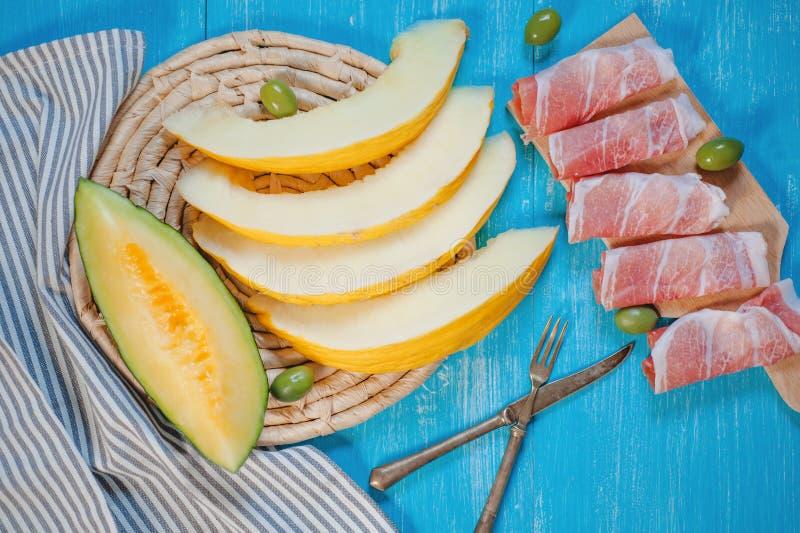 Initiateur italien - melon de cantaloup, jambon de Parme et olives photographie stock