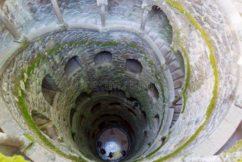 Initiatie goed, Sintra, Quinta da Regaleira Oude wenteltrap stock foto's
