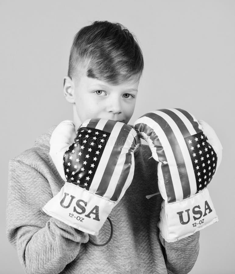 Inizi ad inscatolare la carriera Guantoni da pugile di usura dello sportivo del ragazzo con la bandiera degli S.U.A. Concetto ame immagini stock