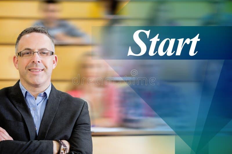 Inizi contro l'insegnante elegante con gli studenti che si siedono al corridoio di conferenza immagine stock