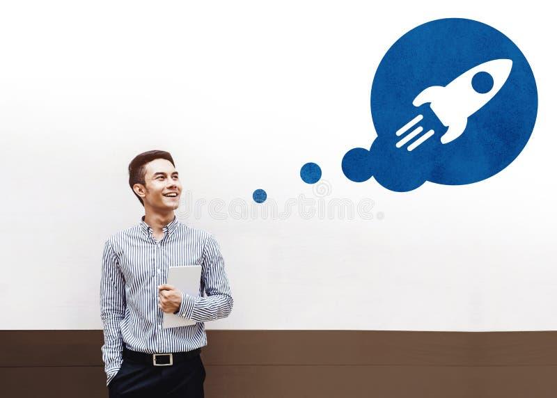 Inizi il concetto, il giovane uomo d'affari asiatico felice Smiling e lo sguardo fotografia stock