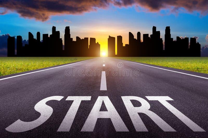 Inizi il testo sulla lunga strada Una strada diritta e un paesaggio urbano lunghi al tramonto immagine stock libera da diritti