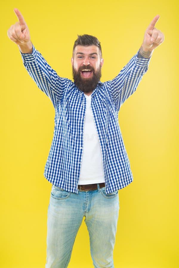 Inizi la celebrazione Modo della barba e concetto del barbiere Fondo giallo della barba alla moda barbuta dei pantaloni a vita ba fotografia stock