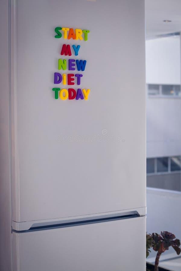 Inizi oggi la mia nuova dieta sul frigorifero immagini stock libere da diritti