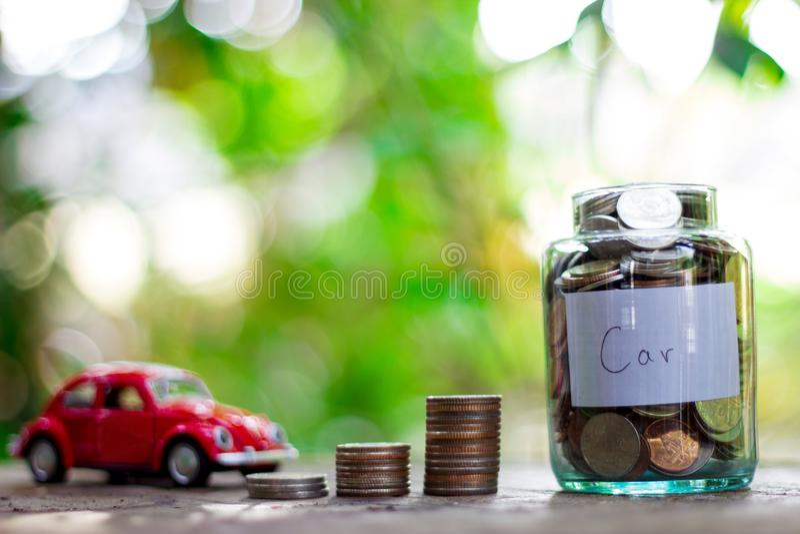 Inizi a risparmiare i soldi Poiché comprando un'automobile o una casa fotografia stock