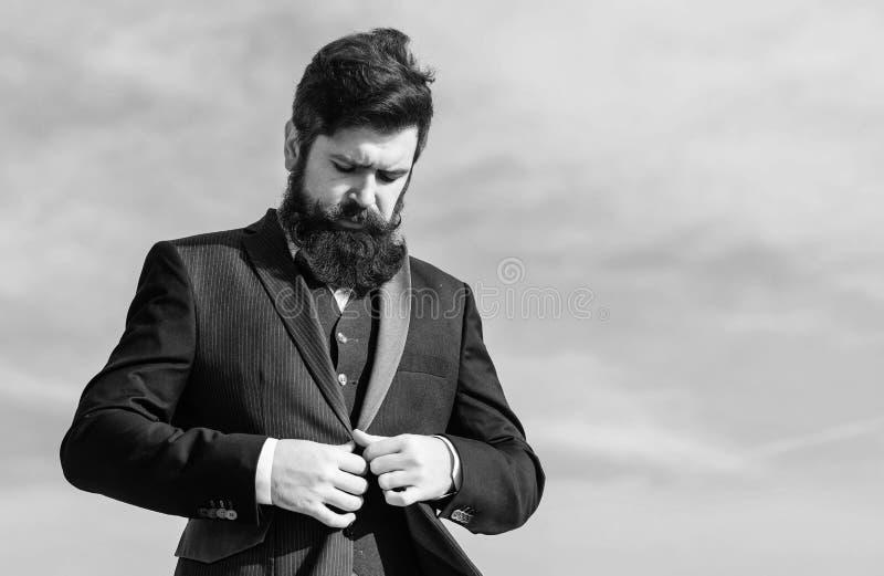 Inizi in su l'attività Uomo d'affari contro il cielo Successo futuro Modo maschio Pantaloni a vita bassa caucasici brutali con i  fotografia stock libera da diritti