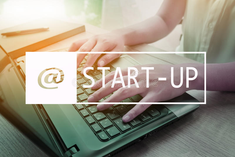 Inizi sul concetto di affari Donna di affari che scrive sul computer portatile al Wo immagini stock libere da diritti