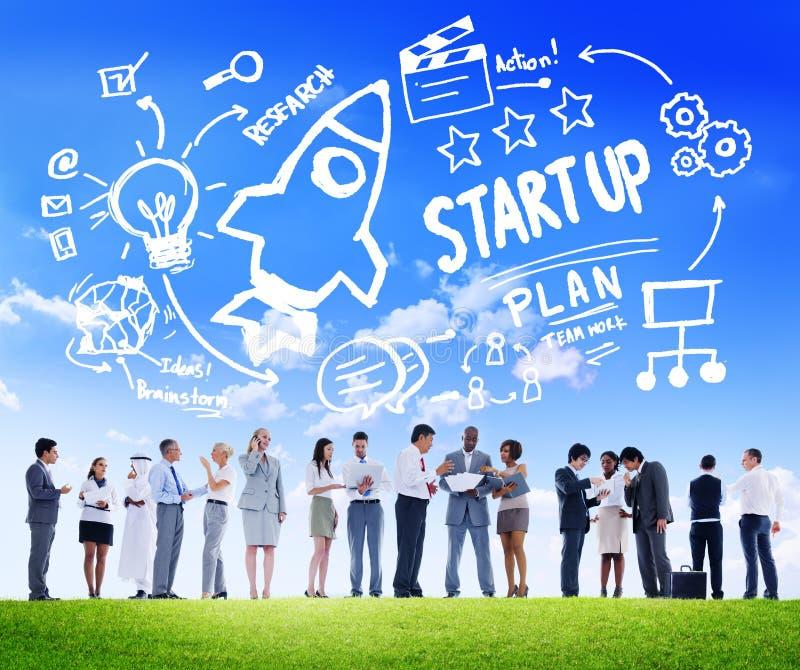 Inizi sul concetto di comunicazione commerciale di successo del lancio di affari immagine stock