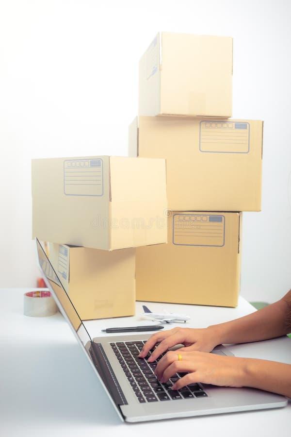 Inizi sull'imprenditore di affari o il concetto indipendente della donna, scrivente il computer con la scatola, la scatola d'imba fotografia stock libera da diritti