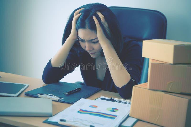 Inizi sulla donna di affari agitata sul rapporto di vendita per lei per iniziare sull'attività fotografia stock