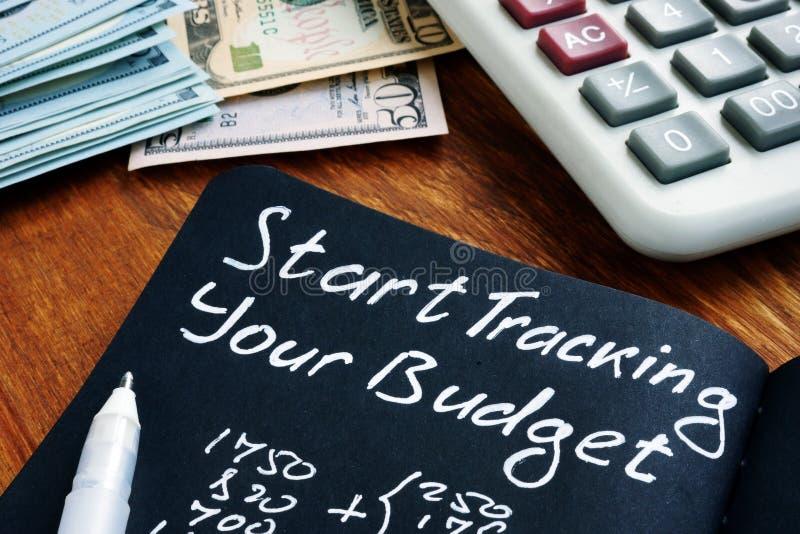 Inizia a tenere traccia del segno di budget con i calcoli delle finanze domestiche fotografia stock libera da diritti