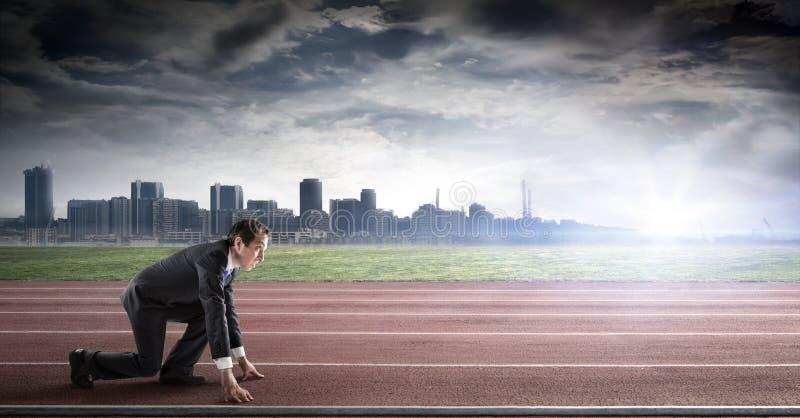 Inizio di affari - uomo d'affari sulla pista pronta immagini stock libere da diritti