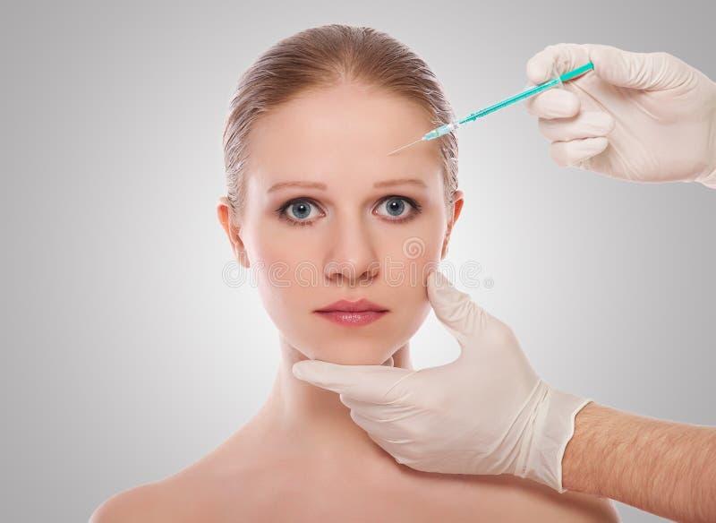 Injeção cosmética de Botox na face fêmea fotografia de stock
