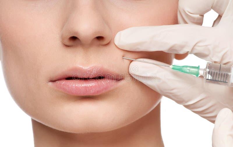 Injeção cosmética do botox na face da beleza fotos de stock