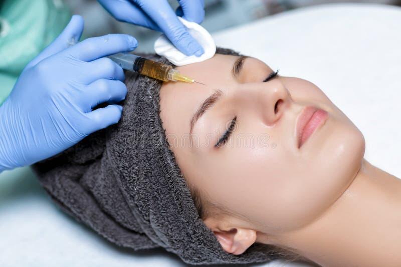 injeção de Plasmolifting do procedimento injeção do plasma na pele o imagem de stock royalty free