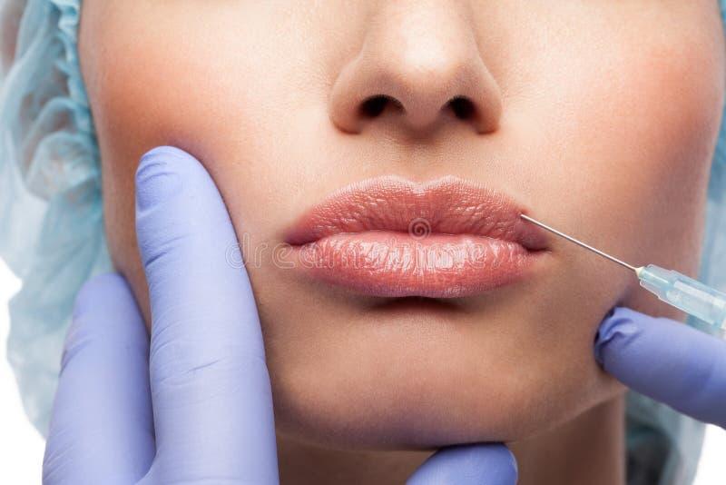 Injection cosmétique de botox au joli visage de femme photo stock