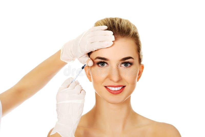 Injection cosmétique de massage facial de botox images stock