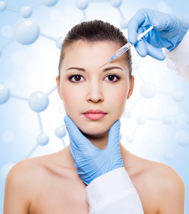 Injection de botox dans le beau visage de femme photos stock