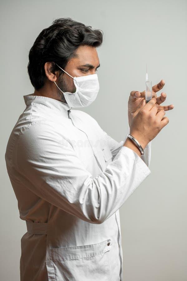 Injektion för operationen tandläkaren ger injektionen till en patient royaltyfri fotografi