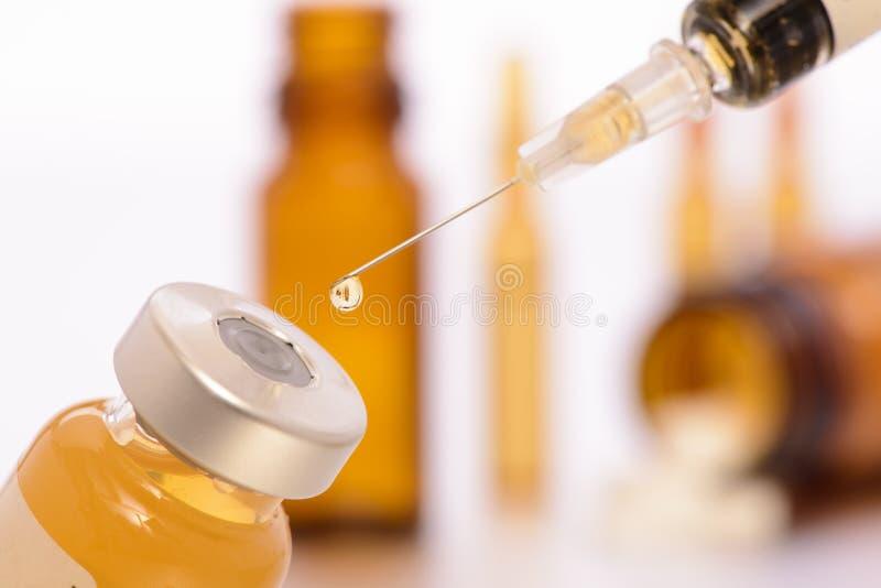 Injektion med injektionssprutan i medicinskt laboratorium royaltyfria bilder