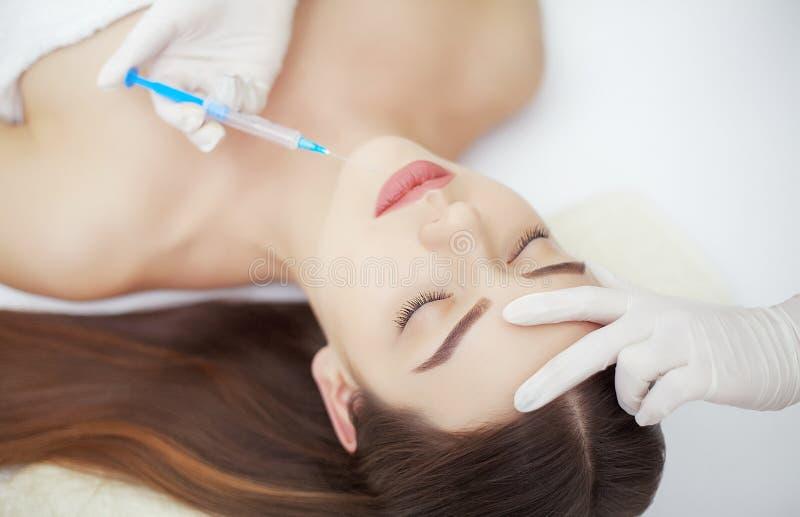 Injektion- och kvinnaskönhetframsida Attraktiv flicka med perfekt sk royaltyfri foto