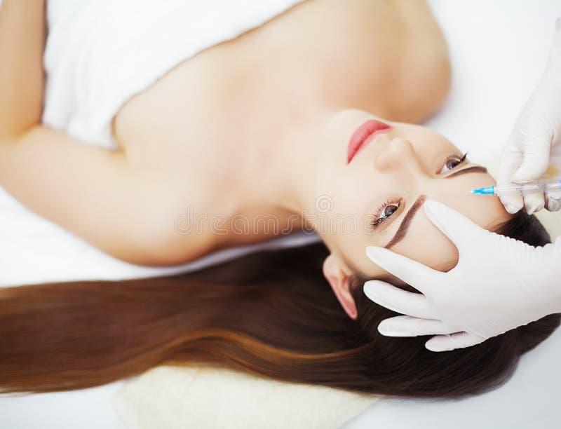 Injektion- och kvinnaskönhetframsida Attraktiv flicka med perfekt sk arkivfoto