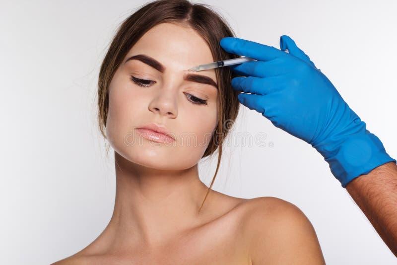 Injektion som korrigerar skrynklor på flickas framsida royaltyfri bild