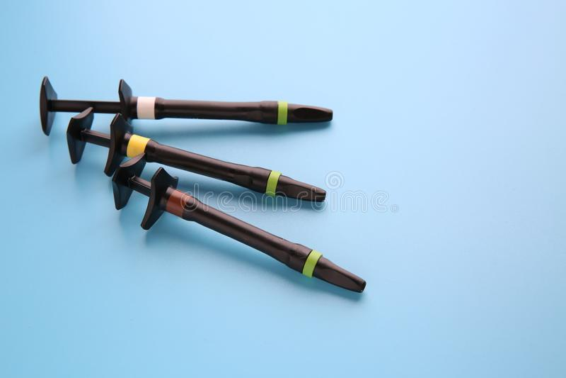 Injektionsspruta av estetiskt fyllnads- material på färgbakgrund royaltyfri bild