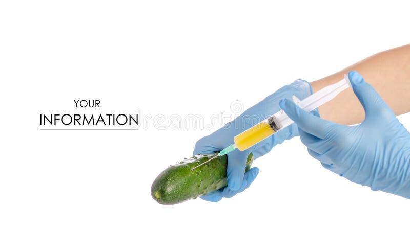 Injektionsspruta i händerna av gurkamodellen arkivfoto