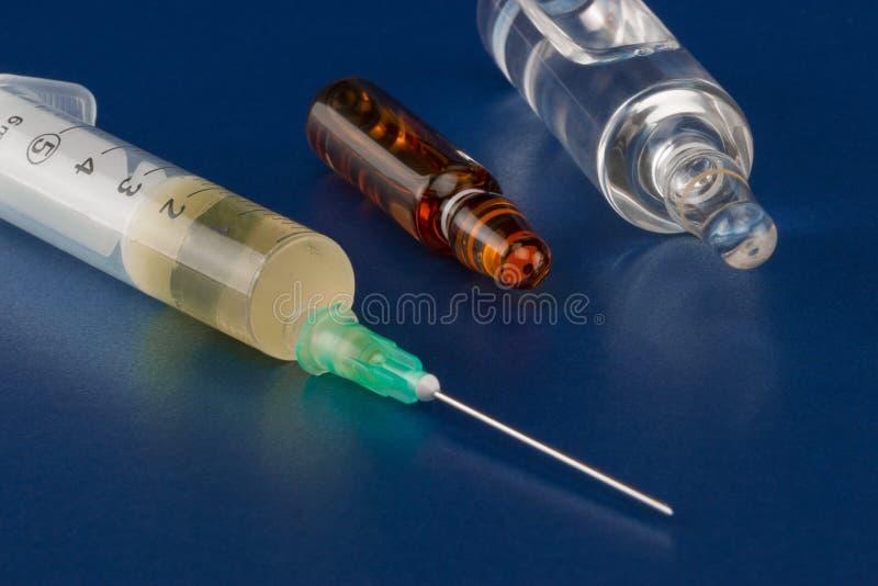 Injektionsspruta, liten medicinflaska och ampull royaltyfria foton