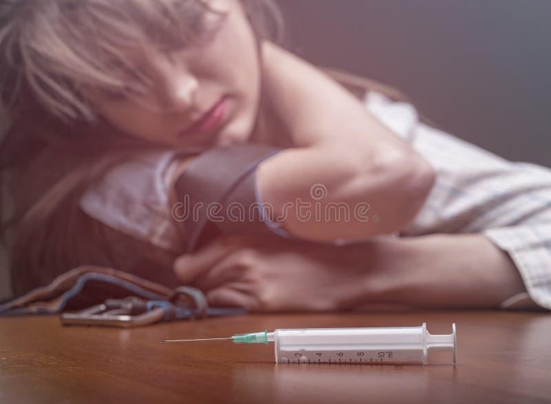 Injektionsspruta med droger royaltyfria bilder
