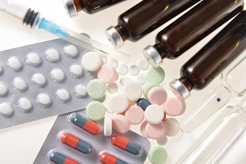 Injektionssprutaampull och tablets royaltyfri fotografi