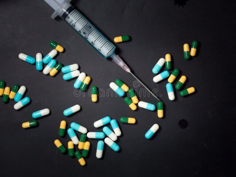injektionssprutan, visaren och kapseln förgiftar, drogmissbruk royaltyfri bild