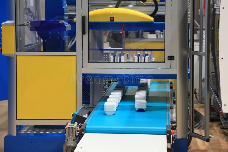 Injektionstöpningsmaskin av plast- delar royaltyfria foton