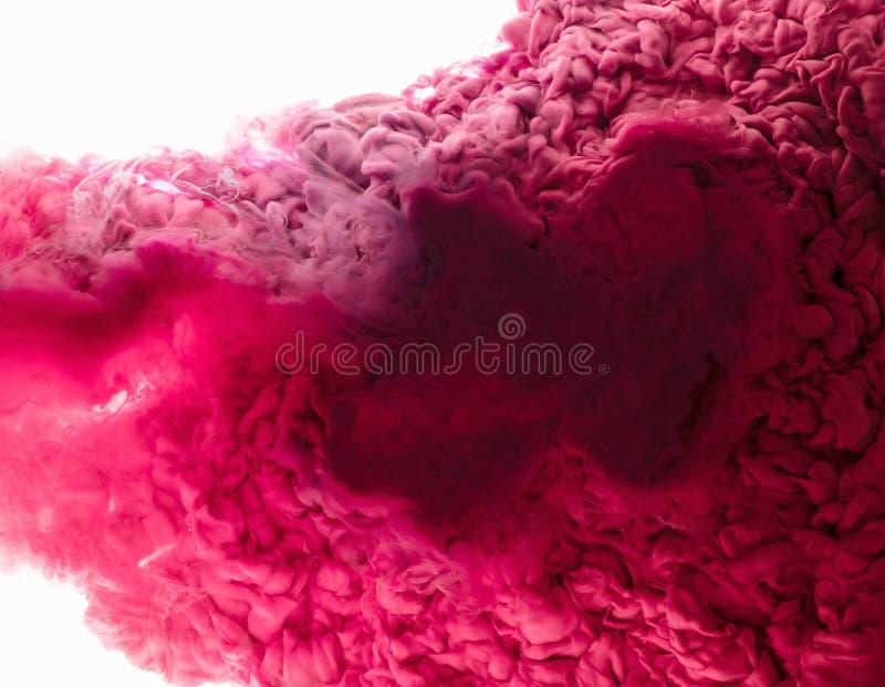 ink vatten En färgstänk av röd målarfärg abstrakt bakgrund royaltyfri bild