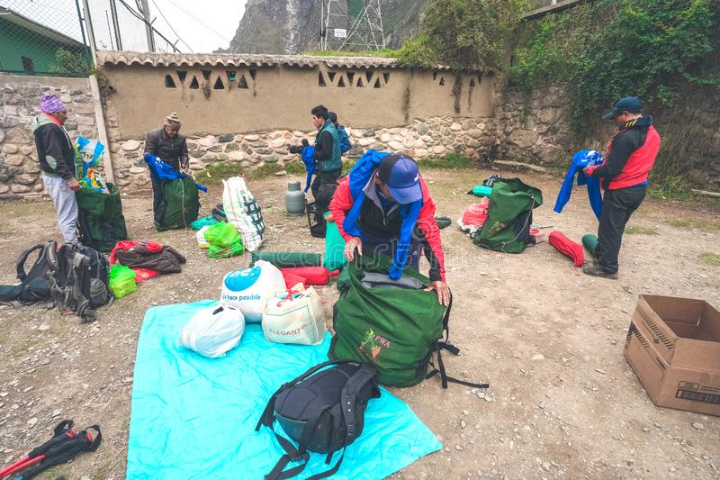 Inka ślad, Peru: Sierpień 11th, 2018: Inka furtiany pakują turystów campingowych udostępnienia i bagaż podczas inka śladu wędrówk obrazy royalty free